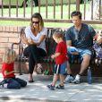 Mark Wahlberg et sa femme avec leurs enfants Ella et Michael en septembre 2009 dans un parc de Los Angeles
