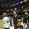 Brad Pitt et son fils Maddox lors d'un match de football américain en Louisiane le 16 janvier 2010