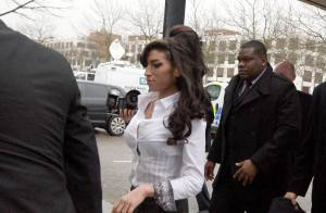 Amy Winehouse : En mini-jupe et chemisier très moulant pour plaider coupable d'agression ! Elle a le look... cocotte !