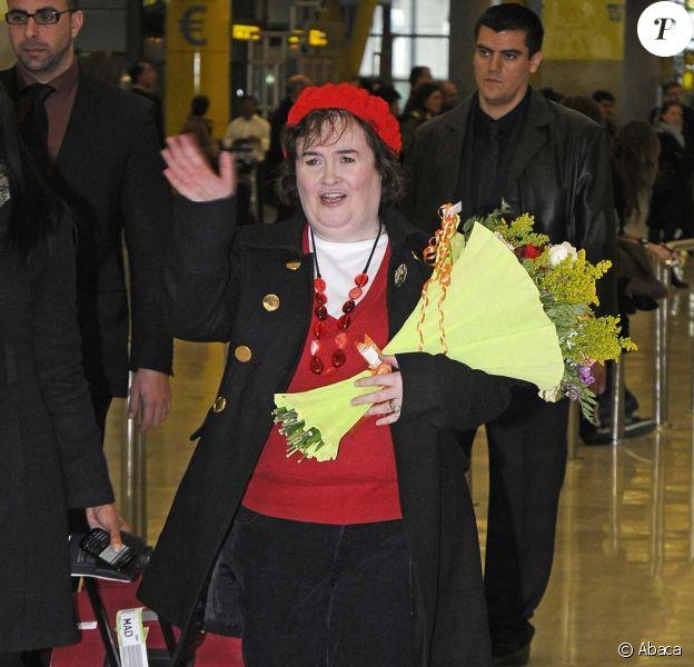 Susan Boyle, très souriante, arrive à l'aéroport de Madrid, le 10 février 2010 !