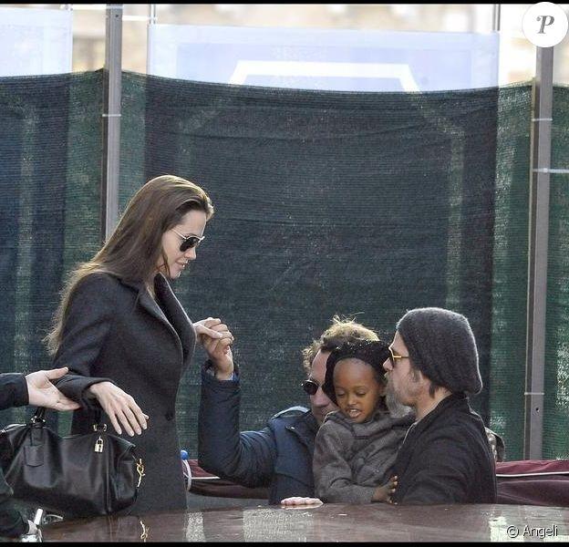 Angelina Jolie en famille avec son papa et ses amours à Venise le 21/02/2010