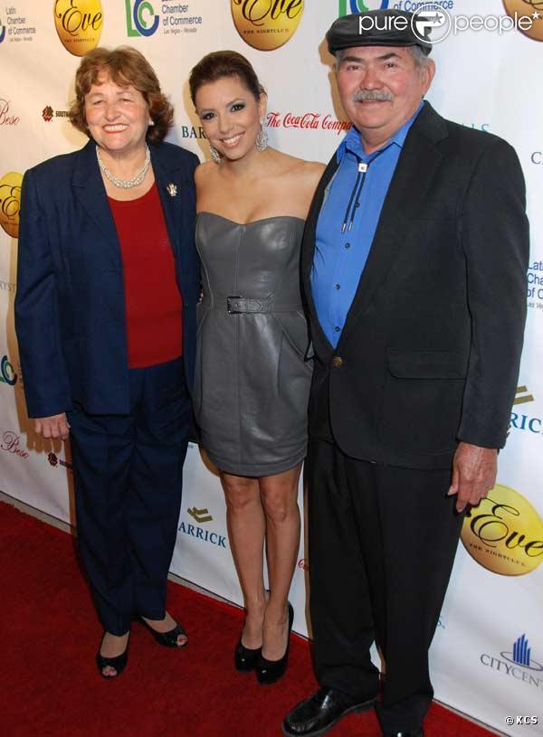 Eva Longoria est recompensée par la Chambre latine du commerce à Las Vegas. Ses parents Enrique et Ella sont de la partie. 20/02/2010