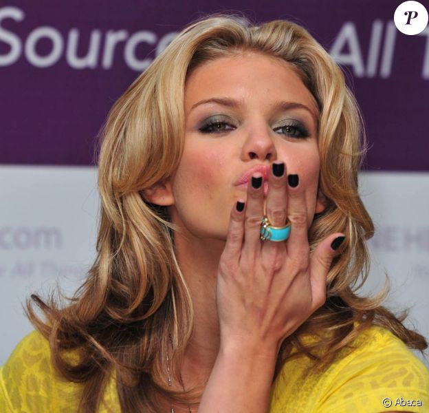Lorsqu'elle sort, AnnaLynne McCord ne peut pas s'empêcher d'envoyer des baisers à tout vas ! Une vraie manie chez la star de 90210 !