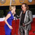 Mickey Rourke est vraiment très distingué... L'acteur ne peut s'empêcher de mettre sa main dans son pantalon même devant une jolie jeune femme comme Kate Winslet ! Pas gentleman !