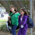 Cindy Crawford à la sortie de l'école de ses enfants avec leurs relevés de notes