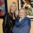 Michèle Morgan et sa petite-fille Sarah Marshall, lors d'une des ses expositions de peintures en 2008