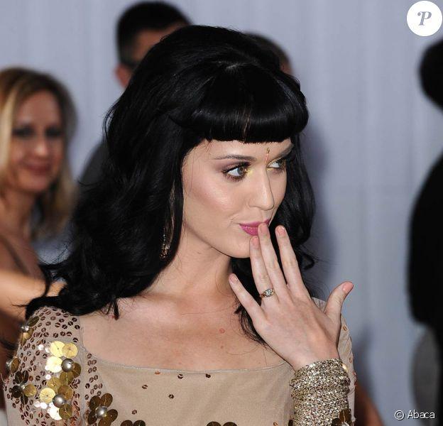La chanteuse acidulée Katy Perry s'est fiancée à l'acteur britannique Russell Brand !