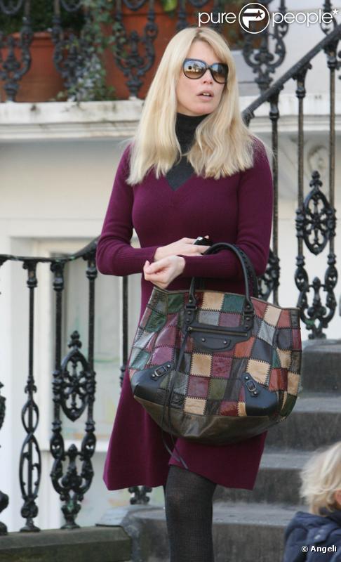 Claudia Schiffer à la sortie de son domicile londonien le 2 mars 2010
