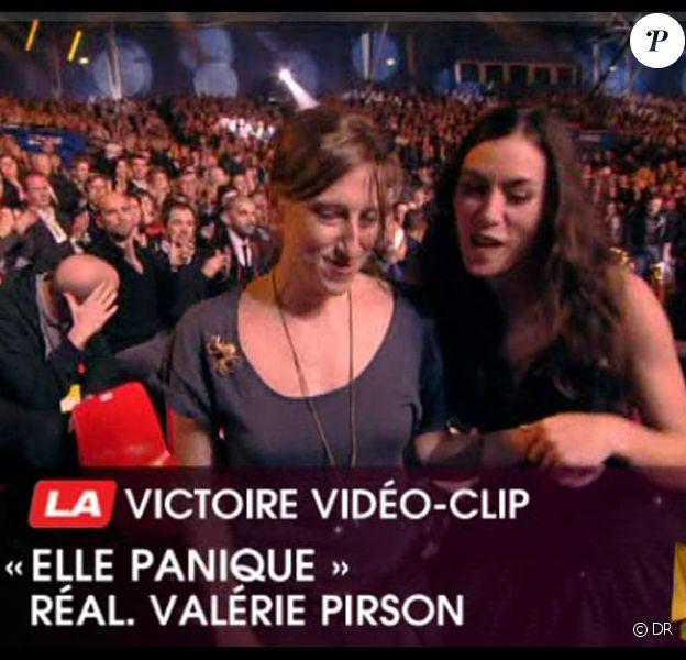 Olivia Ruiz et Valérie Prison - réalisatrice du clip d'Elle panique - reçoivent la Victoire du Vidéo-Clip.