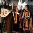 Muriel Robin entourée de Jean Reno et Christian Clavier dans Les Visiteurs 2