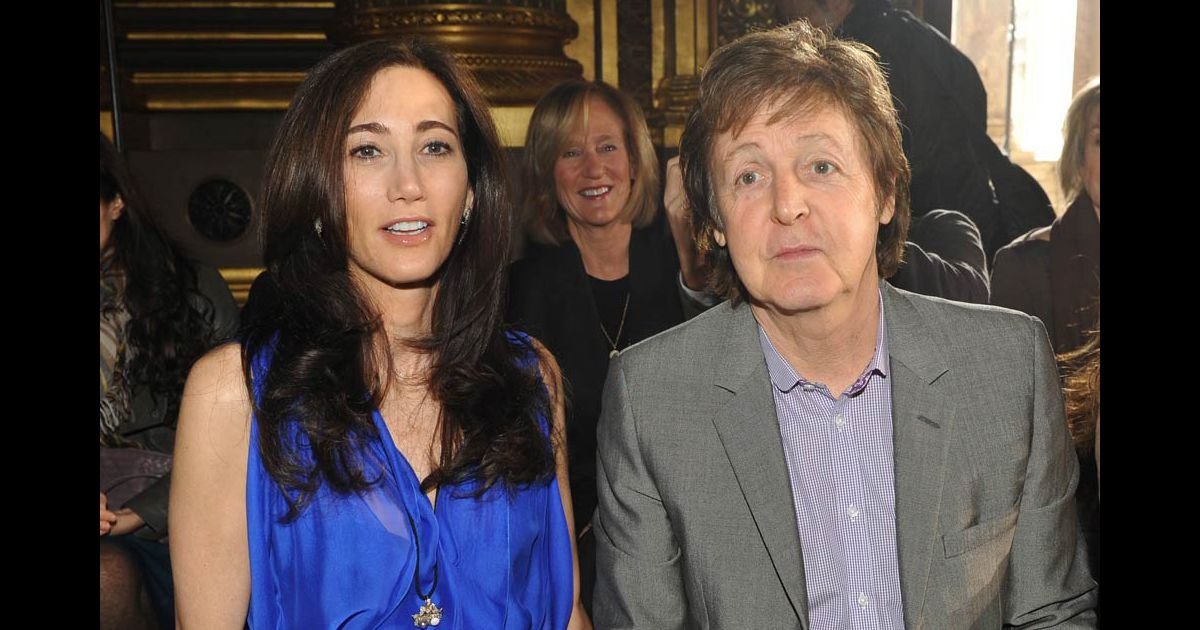 paul mccartney et nancy shevell lors du d fil de stella mccartney le 8 mars 2010 paris. Black Bedroom Furniture Sets. Home Design Ideas