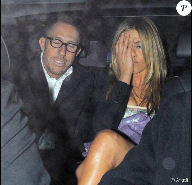 Jennifer Aniston quitte, seule, la soirée célébrant le lancement de The Bounty Hunter, duquel elle partage l'affiche avec Gerard Butler.