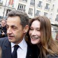 Carla et Nicolas Sarkozy amoureux à la sortie du bureau de vote, le 14 mars 2010