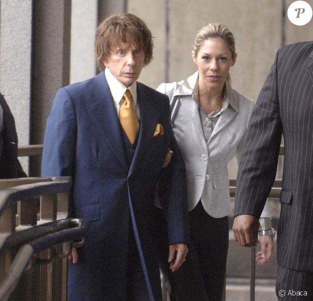 Phil Spector (photo : à son premier procès, en 2007, avec sa femme Rachelle) : Condamné en 2009 à 19 ans de prison, ses avocats cherchent encore à faire rejuger l'affaire !