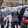 La comédienne hollywoodienne Gwyneth Paltrow et ses enfants - Apple et Moses - à la sortie de leur école, à Londres, le 11 mars 2010.