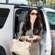 Kim Kardashian au top avec sa combi-short ceinturée, ses chaussures nude à tomber, et son magnifique Balenciaga