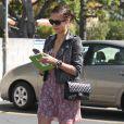 Jessica Alba : petite robe liberty, veste en jean et boots en cuir, sans oublier son Timeless Chanel... Elle a assuré !