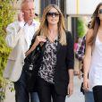 Heidi Klum 100% casual chic avec un slim noir, un blazer très bien taillé, un top léopard, et un joli it-bag