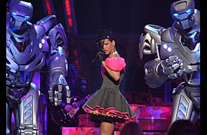 Regardez la brûlante Rihanna s'offrir des danseurs high-tech pendant que Miley Cyrus et Taylor Swift triomphent !