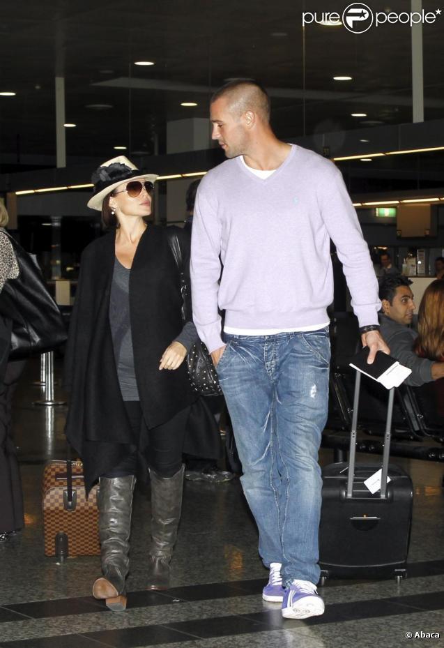 Dannii Minogue et Kris Smith à l'aéroport de Melbourne, le 11 avril 2010