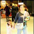 Suri Cruise, accompagnée de sa nounou, assiste à une projection.. en nuisette et pantoufles (10 avril 2010, NYC)