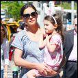 Suri Cruise en petit lapin pour faire des courses avec sa mère (10 avril 2010 à NYC)