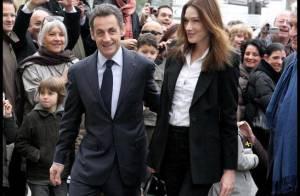 Nicolas Sarkozy en plein déplacement politique, il affiche un immense sourire... grâce à sa Carla Bruni !
