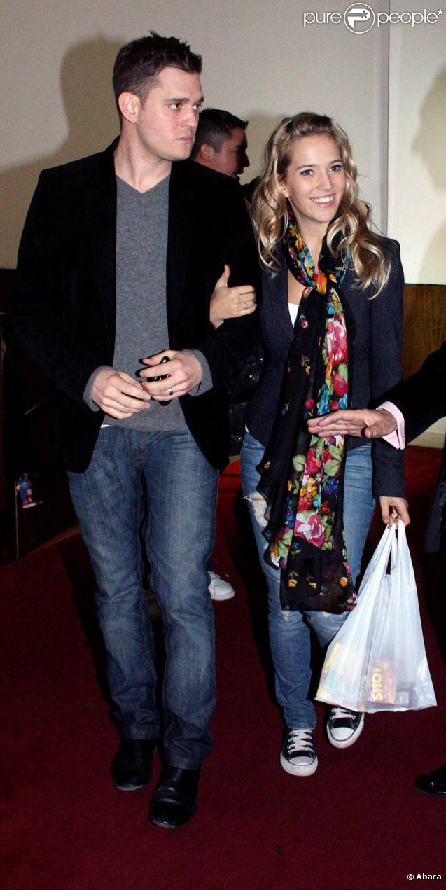 Michael Bublé et sa fiancée Luisina Lopilato, à Buenos Aires, le 24 avril 2010.