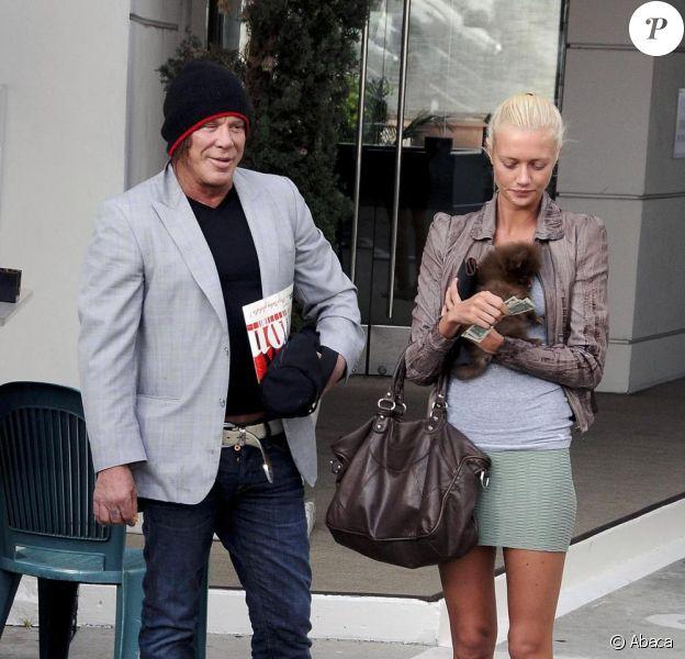 Mickey Rourke se promène sous le soleil de Beverly Hills en compagnie de sa girlfriend, la somptueuse Anastassija Makarenko le 27 avril 2010