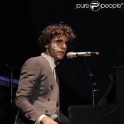 Regardez Mika chanter en français... dans son salon !