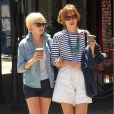 """Michelle Williams se promène à New York avec une amie le 7 mai 2010"""
