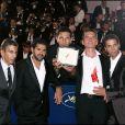 Les cinq acteurs principaux d'Indigènes de Rachid Bouchareb, Samy  Naceri (absent), Jamel Debbouze, Roschdy  Zem, Sami Bouajila et Bernard Blancan, reçoivent avec  émotion un prix collectif d'interprétation à Cannes en 2006