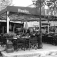 Lundi 10 mai. Place des Lices à Saint-Tropez. Le restaurant Le Café.