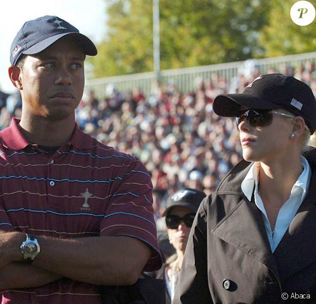 Tiger Woods, lâché par un de ses coaches tandis qu'Elin s'éloigne de lui...