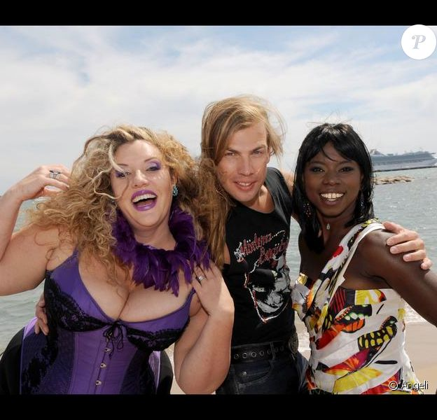Surya Bonaly Christophe Guillarmé et Velvet d'Amour, candidats de la Ferme Célébrités en Afrique, sur  une plage cannoise, le 14 mai 2010.