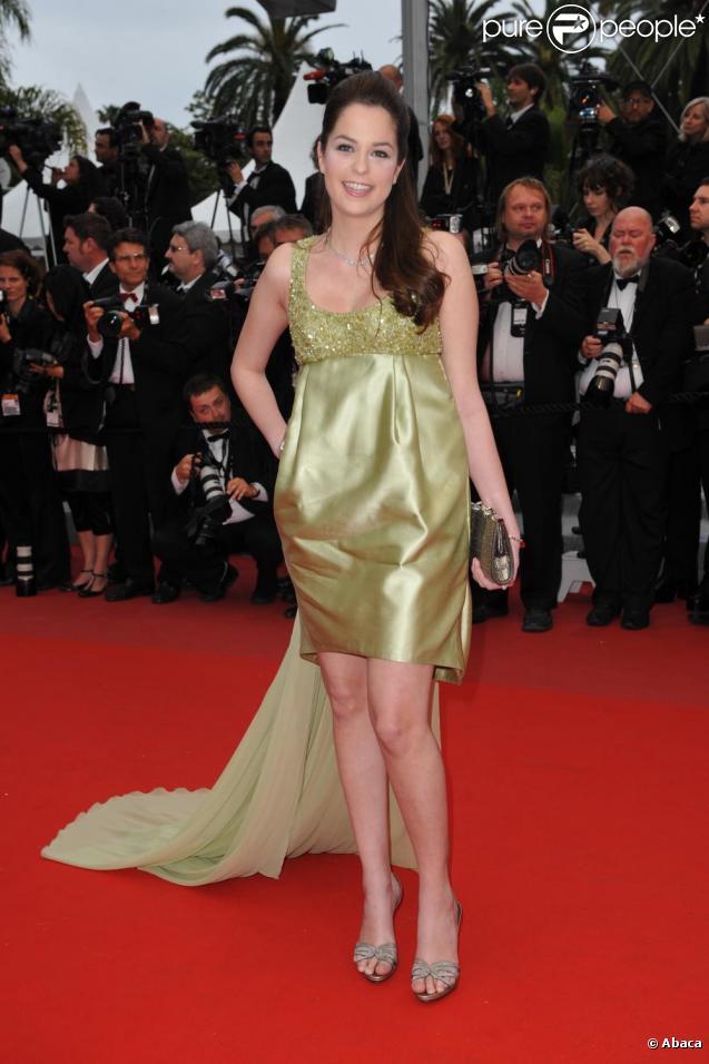 Anouchka Delon sur le tapis rouge du Festival de Cannes, avant la projection de You Will Meet A Tall Dark Stranger, de Woody Allen, le 15 mai 2010
