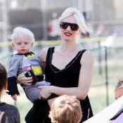 Gwen Stefani cache de nouveau son ventre pendant que ses fistons se prennent... pour Batman !