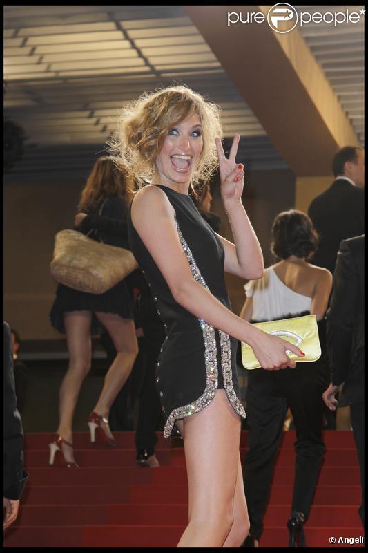 Pauline Lefèvre dévoile sa plastique idéale lors de la montée des marches du film L'Autre monde. 16/05/2010