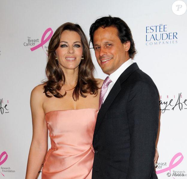 Elizabeth Hurley et son époux aux Galeries Lafayette à Paris le 2 juin 2010