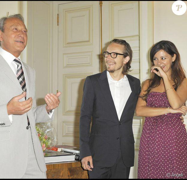 Lorànt Deutsch reçoit la grande médaille de Vermeil de la Ville de Paris le 4 juin 2010 en présence du maire Bertrand Delanoë et Marie-Julie Baup, l'épouse de Lorànt Deutsch
