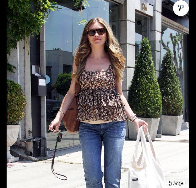 Rebecca Gayheart a pris une amende pour mauvais stationnement alors qu'elle faisait du shopping à West Hollywood le 17 juin 2010