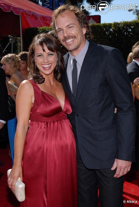 Constance Zimmer avec son compagnon Russ Lamoureux sur le tapis rouge des 59èmes Emmy Awards en septembre 2007