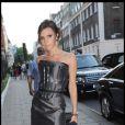 Victoria Beckham se rend au dîner organisé par la créatrice Diane Von Furstenberg à Claridges à Londres le 23 juin 2010