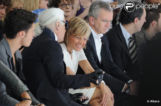 Karl Lagerfeld, Helène et Bernard Arnault lors du défilé Dior à Paris le 26 juin 2010 pour le prêt-à-porter 2010-2011