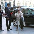 Kathy Bates arrive à l'hôtel Bristol à Paris le 6 juillet 2010