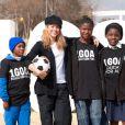 Shakira avec trois jeunes africaines à Johannesburg dans le cadre de la campagne 1BUT, l'éducation pour tous, le 8 juillet 2010