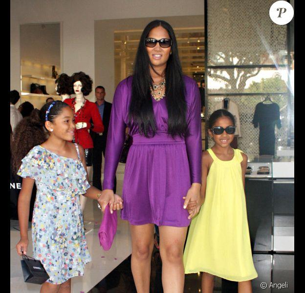 Kimora Lee Simmons et ses filles Ming Lee et Aoki Lee faisant du shopping chez Chanel à West Hollywood, le 16 juillet 2010
