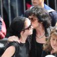 Anny Duperey embrasse sa fille Sara à la sortie de l'église Saint-Eustache pour l'enterrement de Bernard Giraudeau le 23 juillet 2010