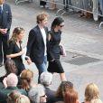 Sa compagne Tohra et ses deux enfants, main dans la main à la sortie de l'église Saint-Eustache pour l'enterrement de Bernard Giraudeau le 23 juillet 2010
