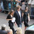 Sa compagne Tohra et ses deux enfants à la sortie de l'église Saint-Eustache pour l'enterrement de Bernard Giraudeau le 23 juillet 2010